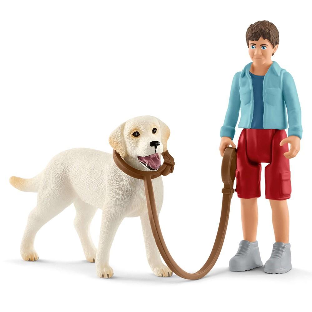 Schleich - Spacer z psem rasy Labrador Retriever 42478